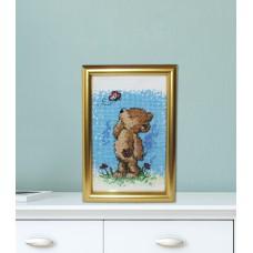 """Картина вышитая крестиком в раме. """"Медвежонок и бабочка""""."""