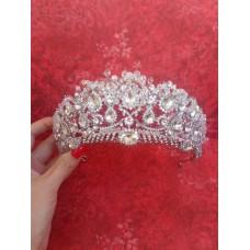 Свадебная корона оформлена кристаллами и стеклярусом.